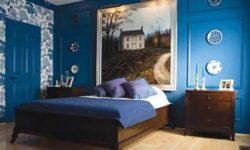 Мебель из темного дерева на синем фоне